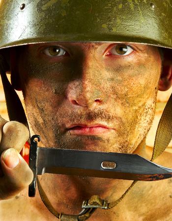 Le soldat dans un casque militaire Banque d'images - 1592214
