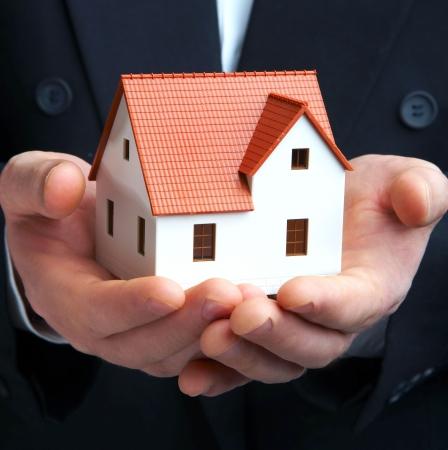 housing estates: Mano delluomo daffari con la casa