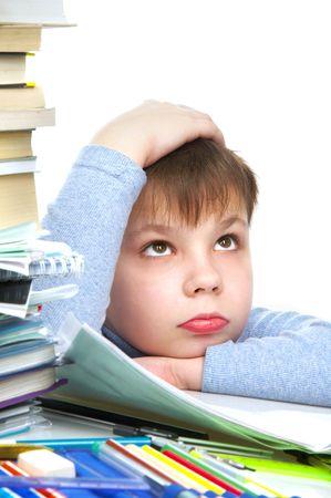 teaching crayons: Il ragazzo dietro a un tavolo con i libri  Archivio Fotografico