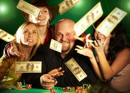 fichas de casino: alegre compa��a de amigos. premio de dinero ... Foto de archivo