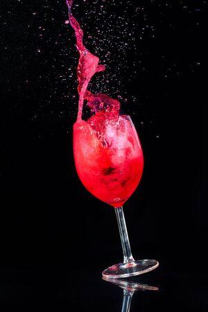 Vaso con vino en un fondo negro Foto de archivo - 5229691