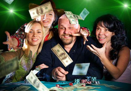 fichas casino: alegre compa��a de amigos. premio de dinero ... Foto de archivo