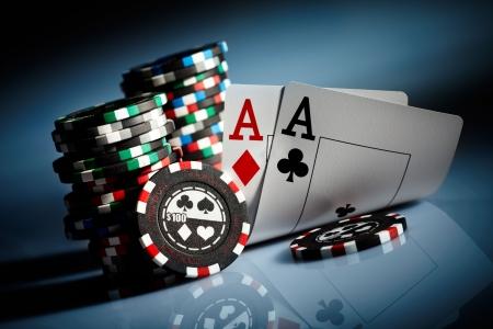 cartas de poker: Fichas de juego de fotos en la oscuridad Foto de archivo