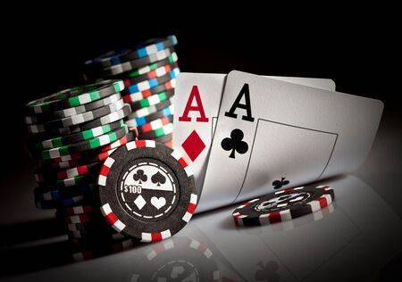 cartas de poker: Foto de chips en la oscuridad de juegos de azar Foto de archivo