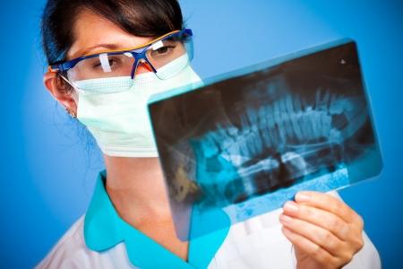 dolor de muelas: m�dico femenino con mand�bula xray