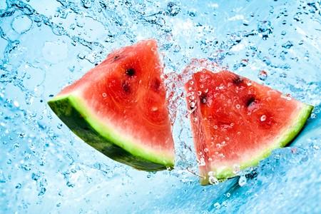 赤いスイカに新鮮な水のしぶき 写真素材