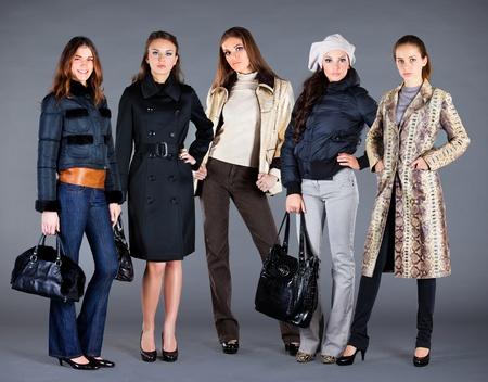 pansement: Cinq filles dans diff�rents v�tements, v�tements de collection automne hiver