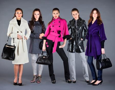 outerwear: Cinque ragazze in diversi vestiti, vestiti di collezione autunno inverno