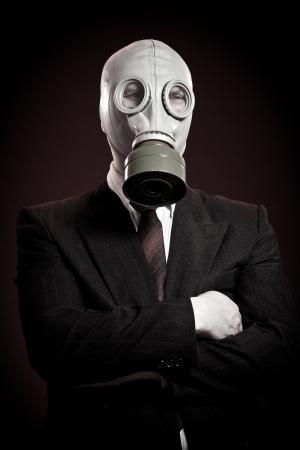 mask gas: persona en una m�scara de gas sobre un fondo oscuro Foto de archivo