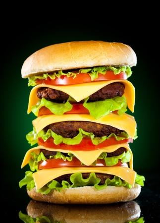 Gustoso hamburger e patatine fritte su uno sfondo scuro