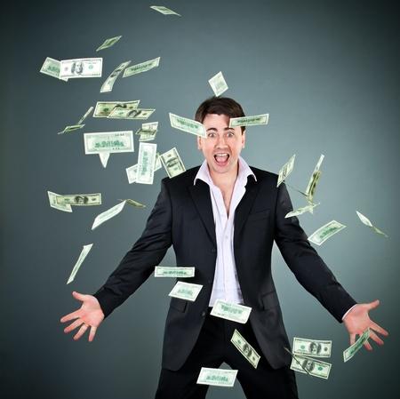金持ち: スーツの男はお金をスローします。