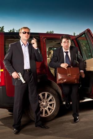 guardaespaldas: guardaespaldas y su jefe dejan el coche