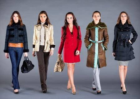 moda ropa: Cinco niñas en diferente ropa, ropa de la colección de otoño invierno