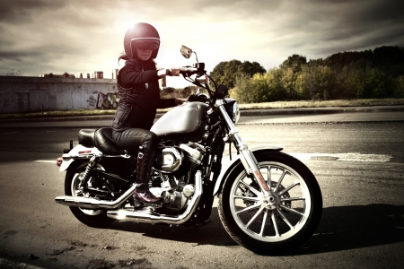 motorrad frau: Biker M�dchen sitzt auf einem Motorrad