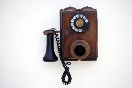 telefono antico: Retro telefono su un muro bianco Archivio Fotografico