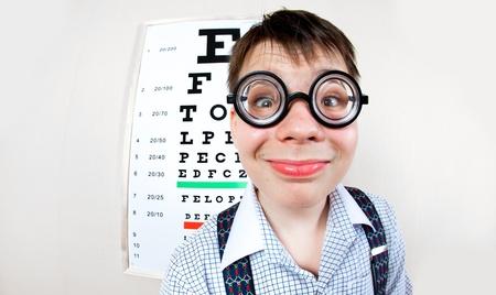 tonto: persona con gafas en una oficina en el médico
