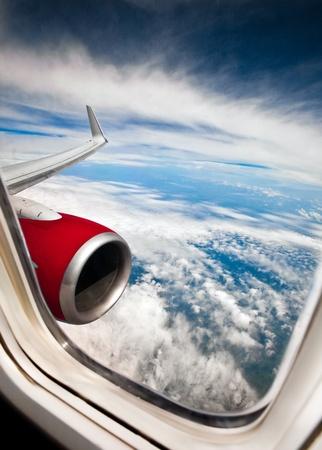 plan éloigné: L'image classique à travers la fenêtre avions sur le moteur à jet
