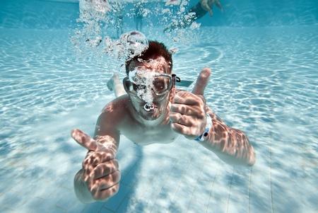 undersea: l'homme flotte sous-marine en piscine Banque d'images