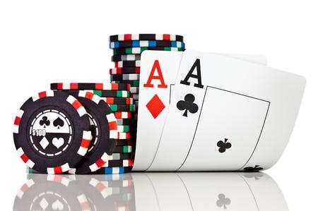 cartas de poker: fichas y dos ases aislados en un fondo blanco