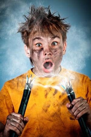 descarga electrica: Una descarga eléctrica ve a un niño sorprendido