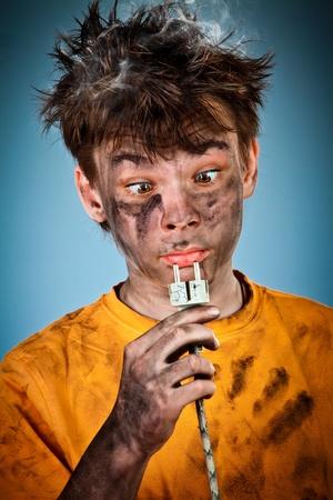 niños malos: Boy tiene una descarga eléctrica