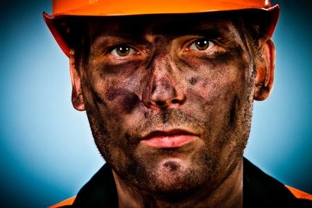 hombre sucio: trabajador de la industria del petr�leo sobre fondo azul Foto de archivo