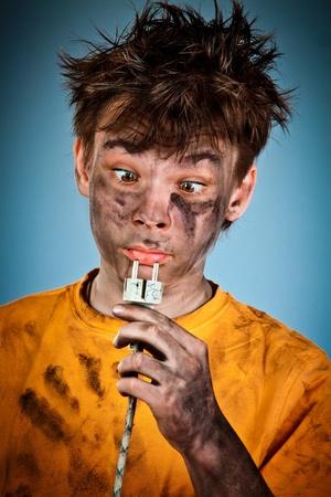 electric shock: Boy tiene una descarga el�ctrica