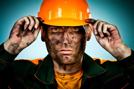 oil worker: trabajador de la industria del petr�leo sobre fondo azul Foto de archivo