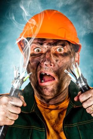 choc �lectrique: Un choc �lectrique voit un homme choqu� �lectricien Banque d'images