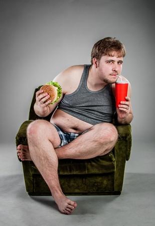 hamburguesa hombre gordo comiendo sentado en el sillón