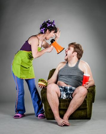 novios enojados: Pelea de el esposo con la esposa