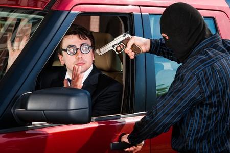 robo de autos: Robo del hombre de negocios en su coche Foto de archivo