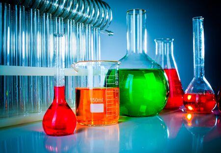 industria quimica: Tubos de ensayo sobre fondo azul