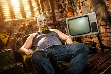 mascara de gas: persona en una máscara de gas se sienta en un sillón