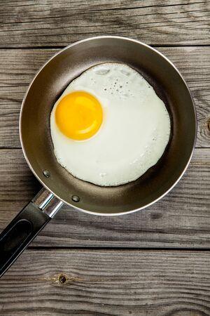 huevos fritos: Huevos fritos sobre una mesa de madera, el desayuno Foto de archivo