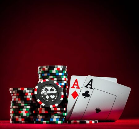 cartas de poker: Pila de fichas y dos ases