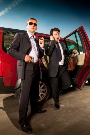 agent de sécurité: garde du corps et son patron laisser la voiture