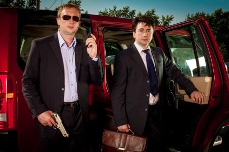 sicurezza sul lavoro: guardia del corpo e il suo boss lasciare l'auto