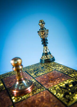 Schachmatt: Schach Schachmatt auf einem blauen Hintergrund