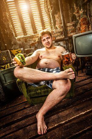 hombre sentado: hamburguesa hombre gordo comiendo sentado en sill�n