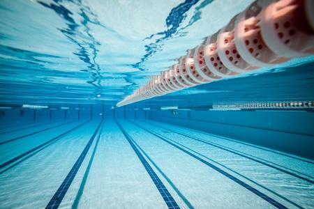 競技会: プール水の下で.