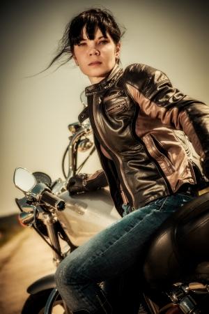 moteros: Chica motorista se sienta en una motocicleta