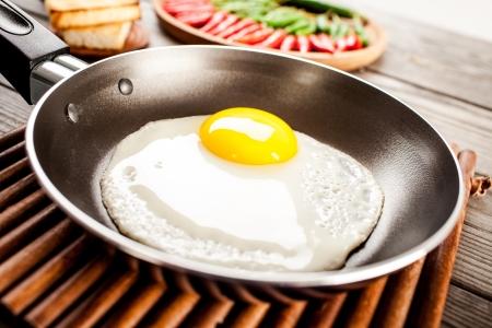 huevos fritos: Huevos fritos en una mesa de madera, desayuno