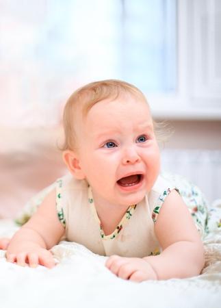 bambino che piange: Pianto di bambino su uno sfondo chiaro