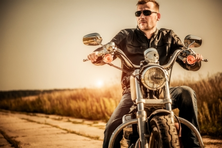 motorcyclist: Biker hombre se sienta en una bicicleta