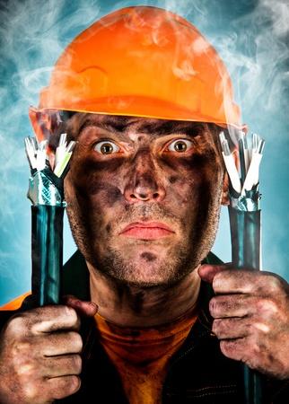 electric shock: Una descarga eléctrica ve a un hombre sorprendido electricista