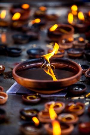 hinduismo: Velas encendidas en el templo indio. Diwali el festival de las luces. Foto de archivo