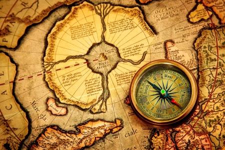 brujula antigua: Vintage br�jula se encuentra en un antiguo mapa del Polo Norte (tambi�n Hiperb�rea). Arctic continente en el mapa Gerardus Mercator de 1595.
