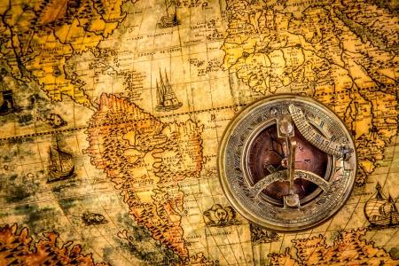 carte tr�sor: Vintage morte. Vintage compass se trouve sur une carte du monde antique de 1565. Banque d'images