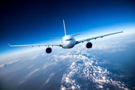 航空機: 雲の中を飛行する旅客機
